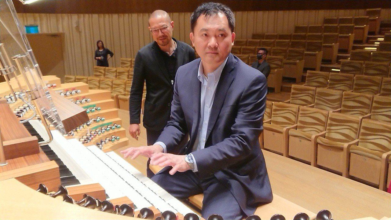 衛武營藝術總監簡文彬(左)與導聆的音樂系副教授劉信宏(右)出面說明管風琴故障原因...