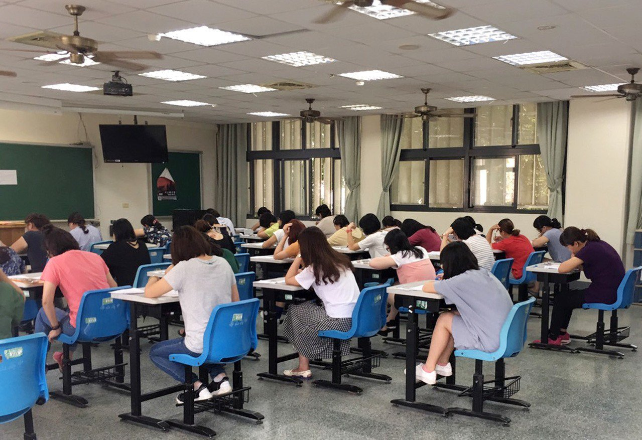桃園首次合併公幼教師及教保員考試,考生進行初試筆試應考,錄取率不到百分之三競爭超...