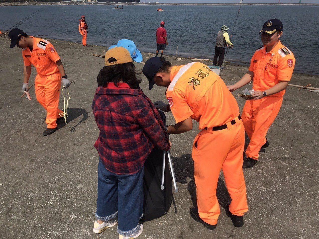 海巡署南部分署第11岸巡隊與高雄市永安區公所於昨天上午8時辦理「春季淨灘活動」,...