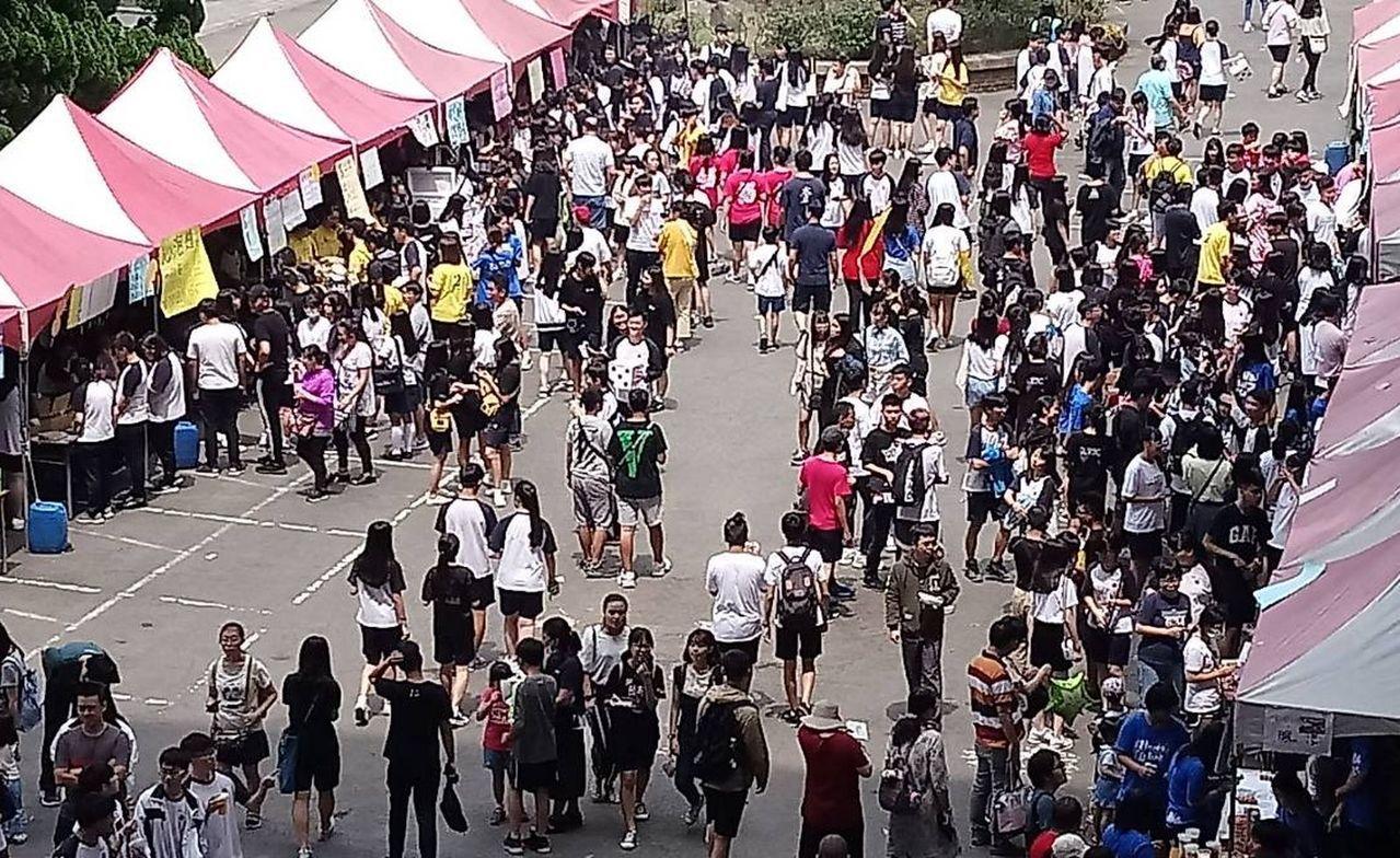 桃園市中壢高商,今熱鬧舉行65周年校慶,以及歡送畢業生園遊會。記者張弘昌/攝影