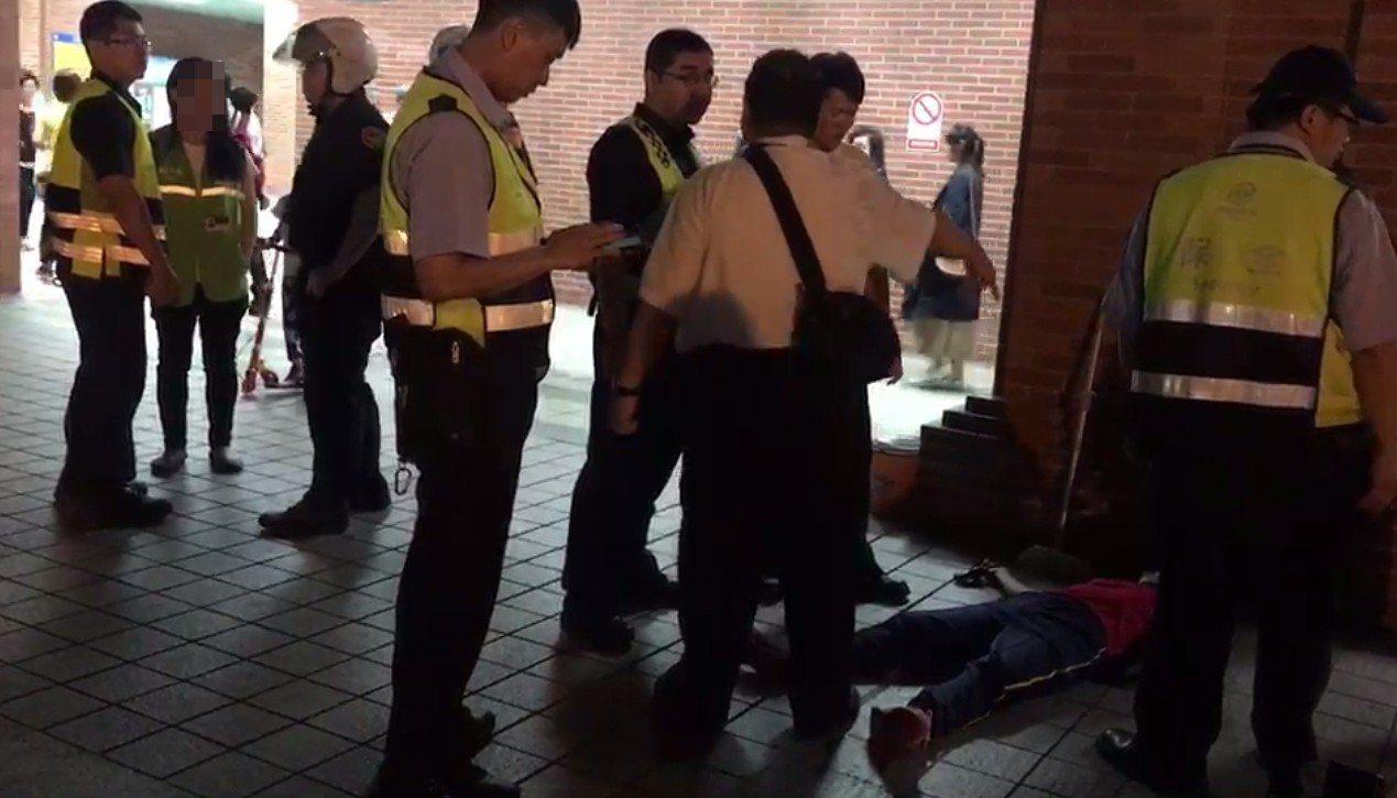 警方趕抵隔開情緒失控的張姓女清潔工。記者林昭彰/翻攝