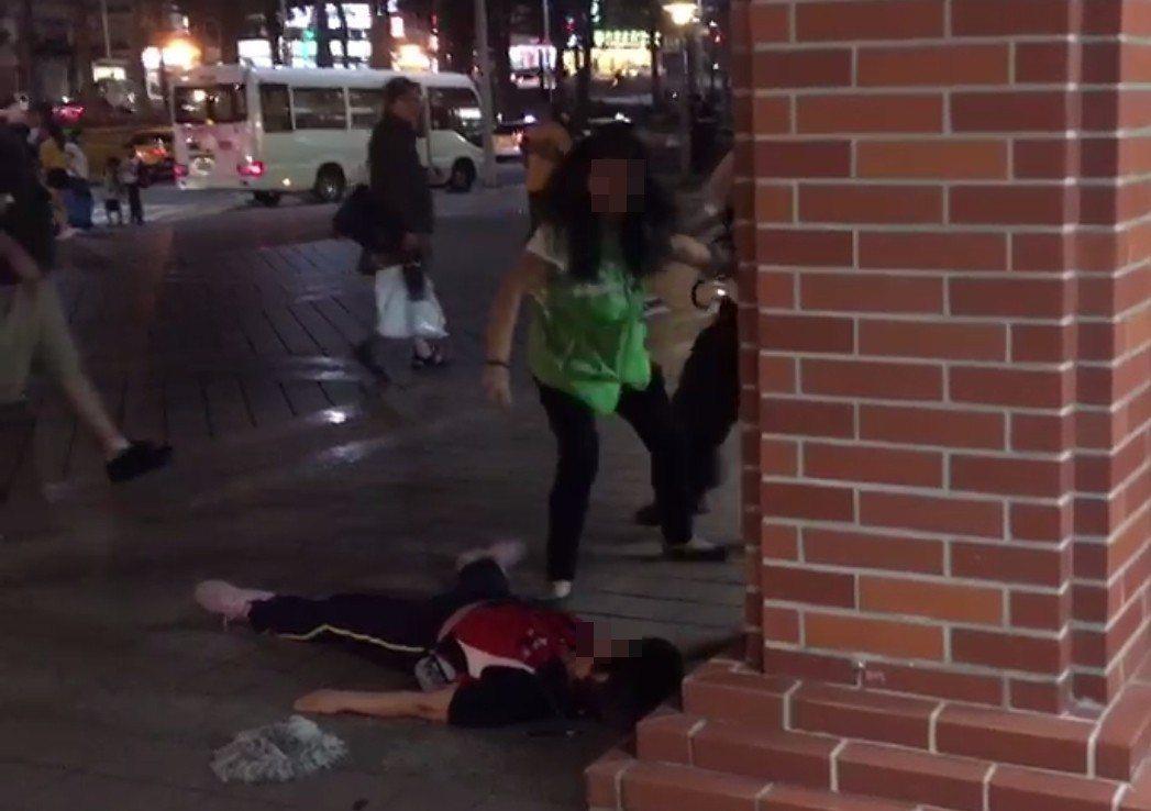 張姓女清潔工(右)把莊姓女主管打趴倒地不起,還繼續衝過去想動粗,被站務人員拉住。...