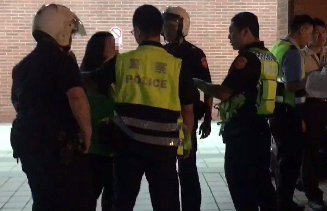 張姓女清潔工(右)被四名警員隔開,仍然情緒非常激動。記者林昭彰/翻攝