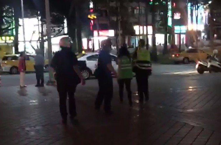 涉嫌打人的張姓女清潔工,最後被警方帶回派出所。記者林昭彰/翻攝