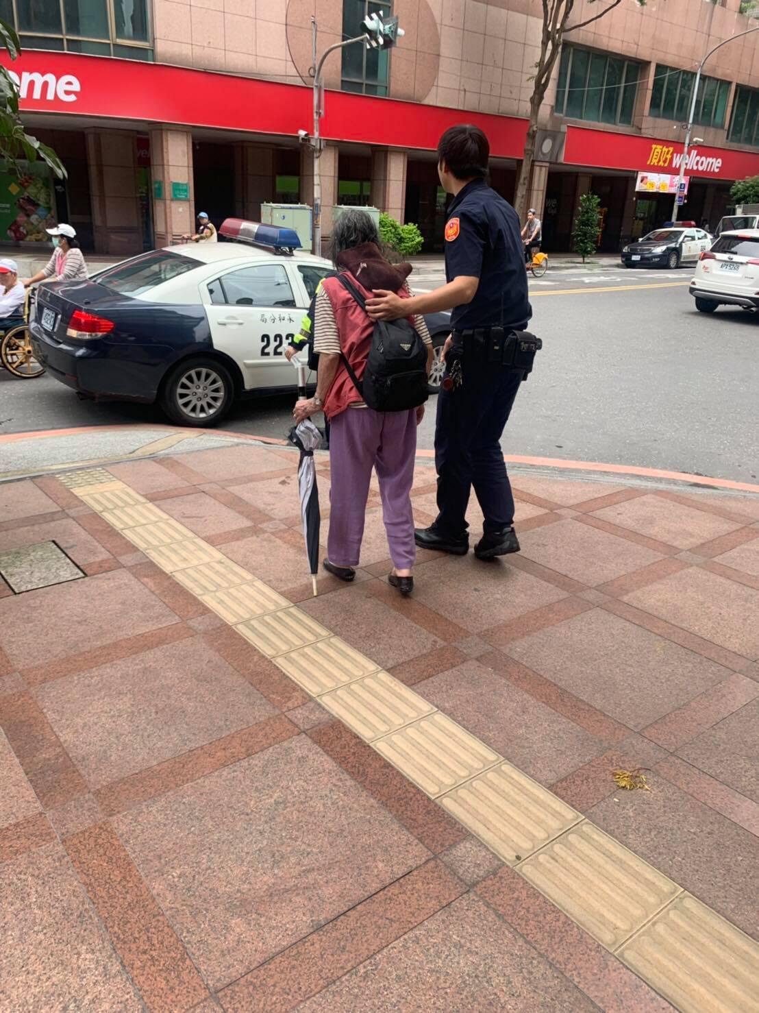 永和警方日前執行巡邏勤務,見張婦呆坐路邊,不僅自掏腰包買便當給張婦充飢,還熱心比...