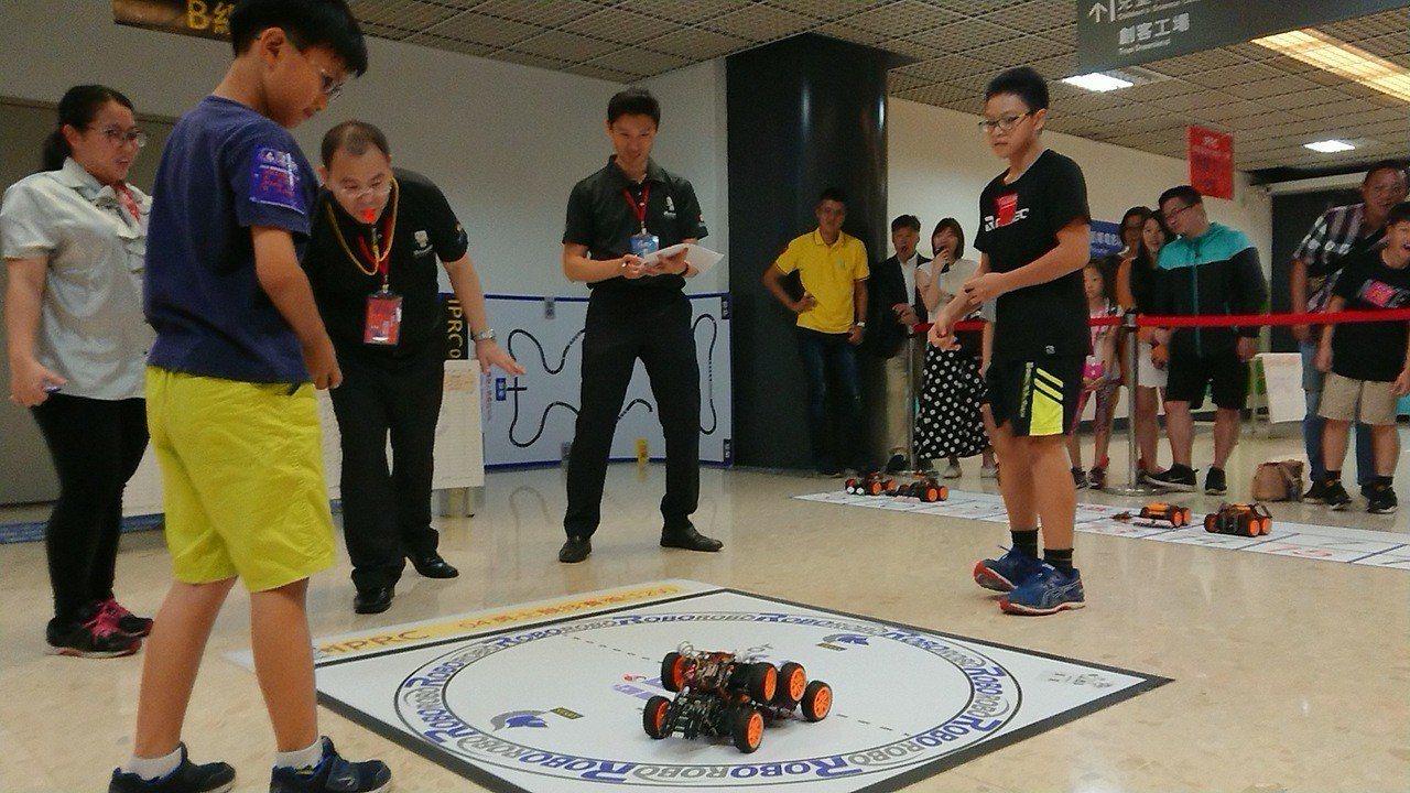 「IPRC國際智能程式機器人大賽」首次到台灣舉辦,高雄26日有170多組隊伍的機...
