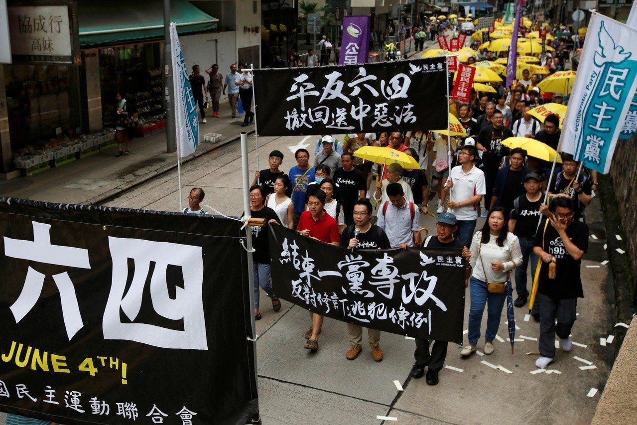 香港支聯會26日發起「六四」30周年遊行,要求中共當局平反六四。 路透