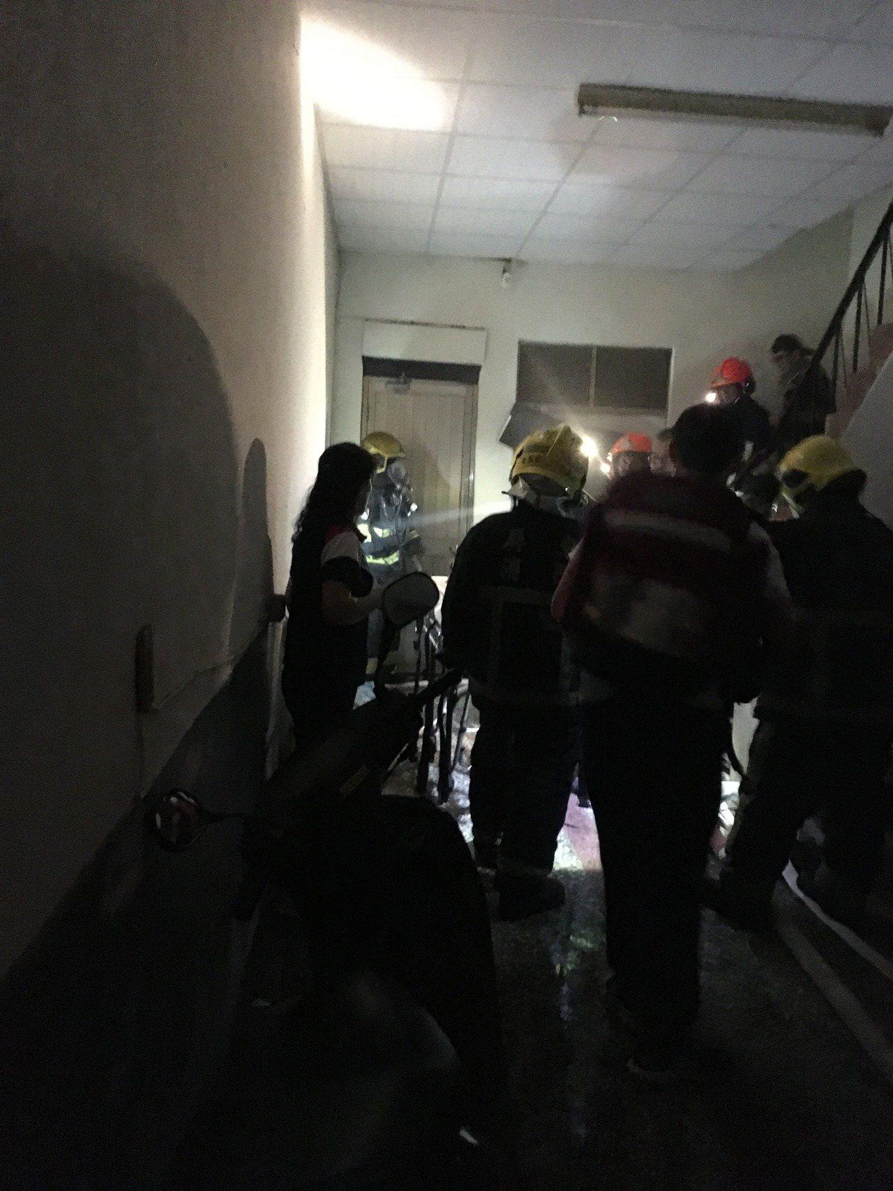 屏東縣潮州鎮北平路一棟3層樓出租套房,晚間7點半發生火警意外,在二樓房內一名年約...