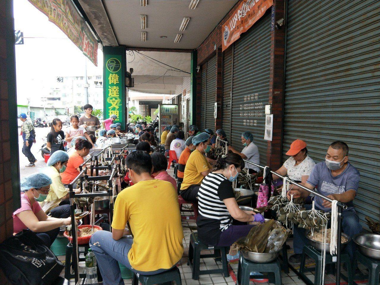 志工們一早就開始準備包粽子。圖/高雄市社會局提供
