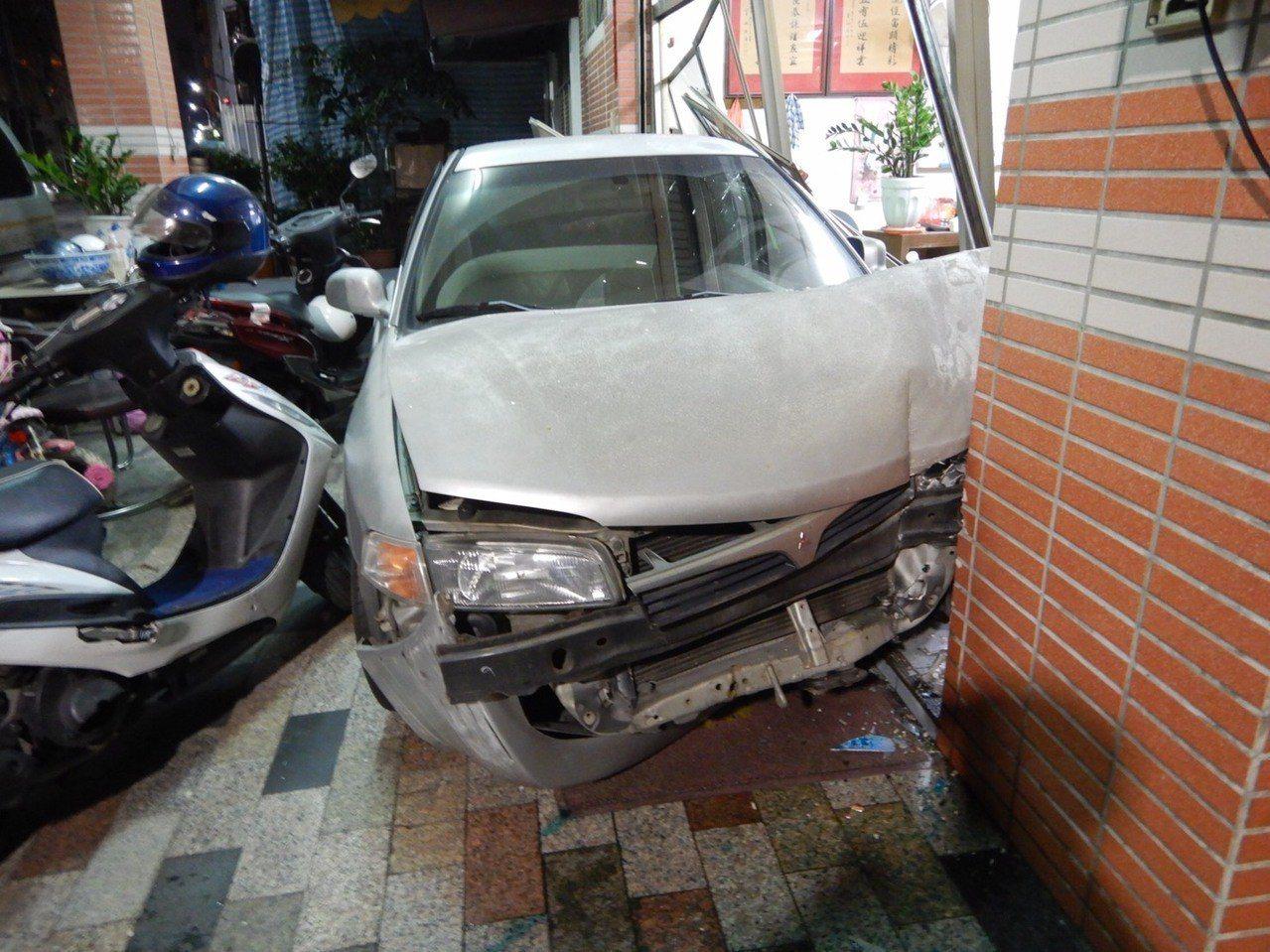 台中市北區自強街今天晚間6時許發生一起酒駕衝撞民宅的交通事故,幸好只有駕駛受輕傷...