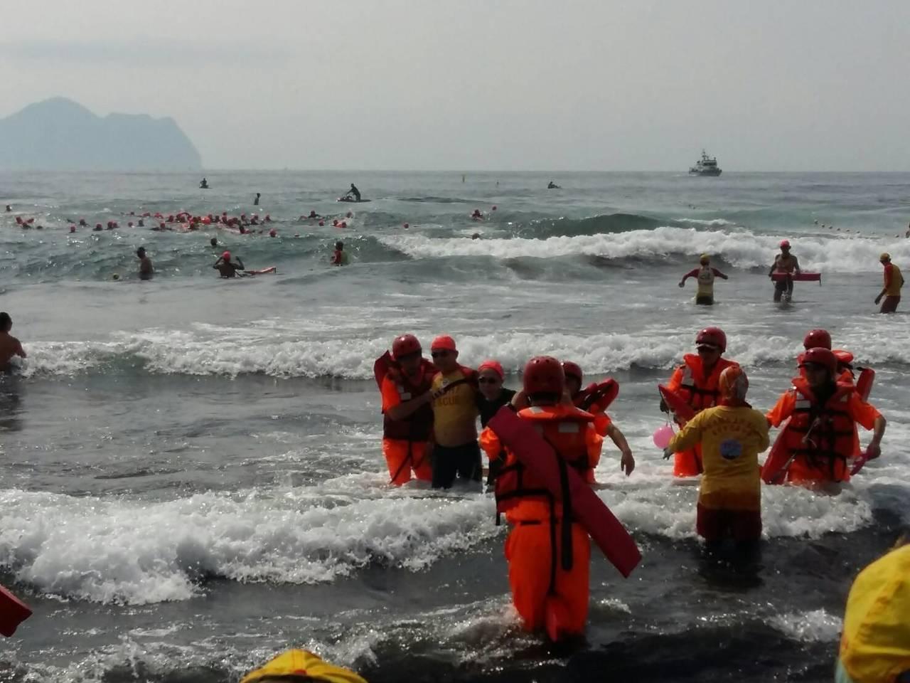 龜山島海上長泳遇到這種險浪,泳客隨浪浮沉,彷彿坐海上雲霄飛車,暈的暈、吐的吐被救...