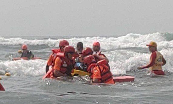 龜山島長泳遇到這種險浪,泳客隨浪浮沉,彷彿坐海上雲霄飛車,暈的暈、吐的吐被救回來...