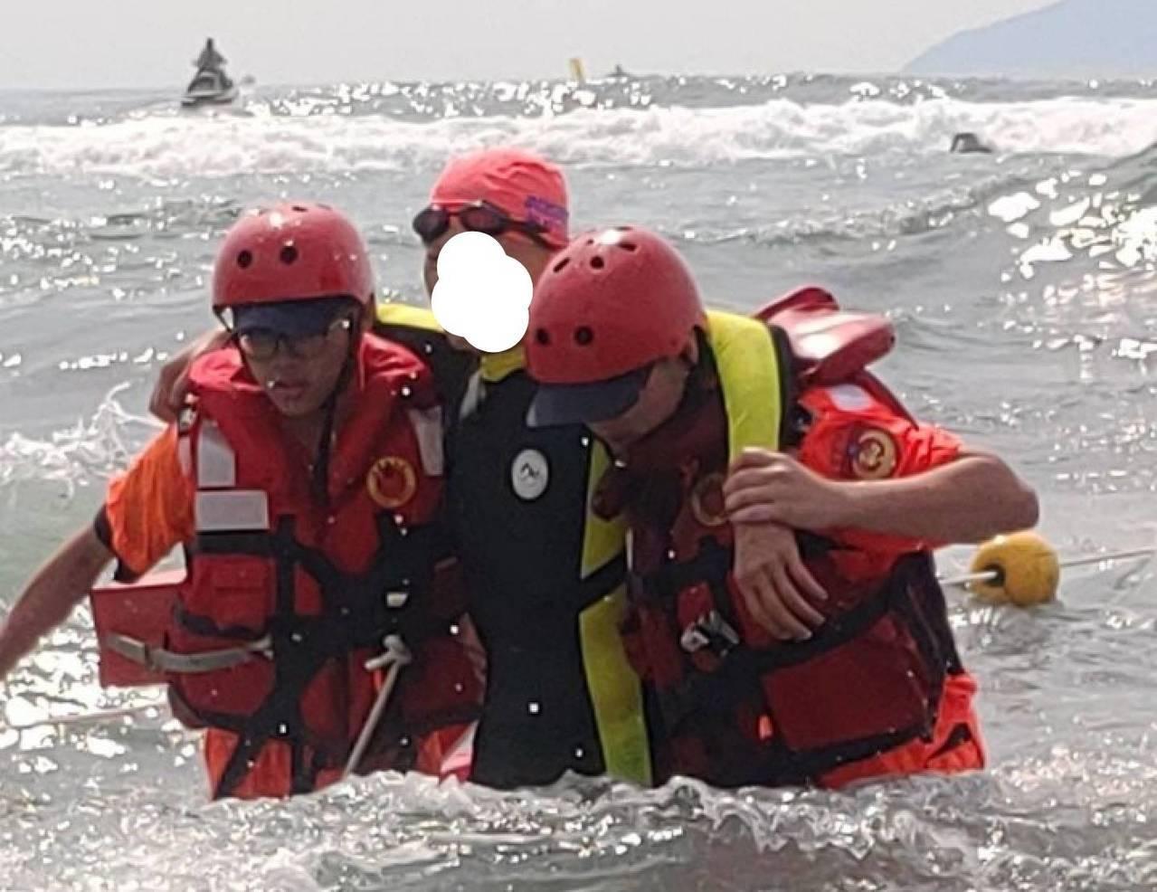 龜山島長泳遇上這種險浪,泳客隨浪浮沉,彷彿坐海上雲霄飛車,暈的暈、吐的吐被救回來...