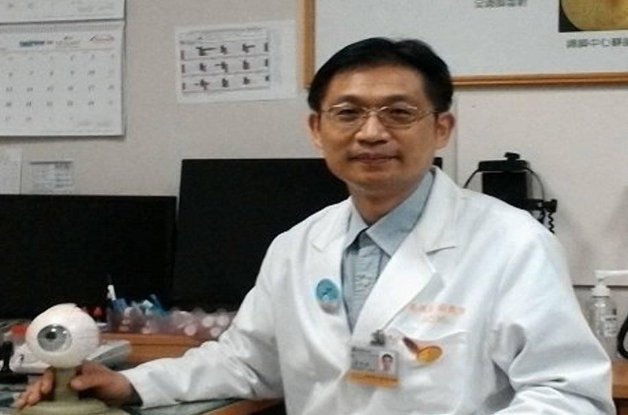 教育部國教署兒童視力保健計畫主持人、高雄長庚眼科系主任吳佩昌說:「眼科醫師看到小...