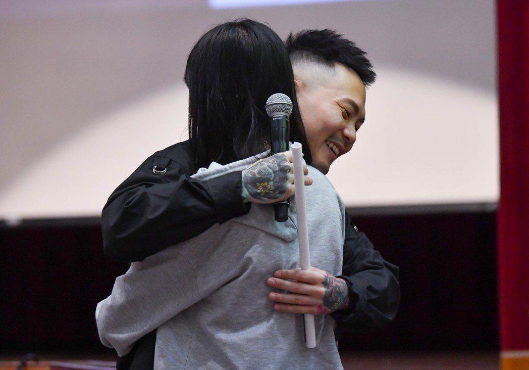 蕭秉治(左)下台擁抱女歌迷。圖/相信提供