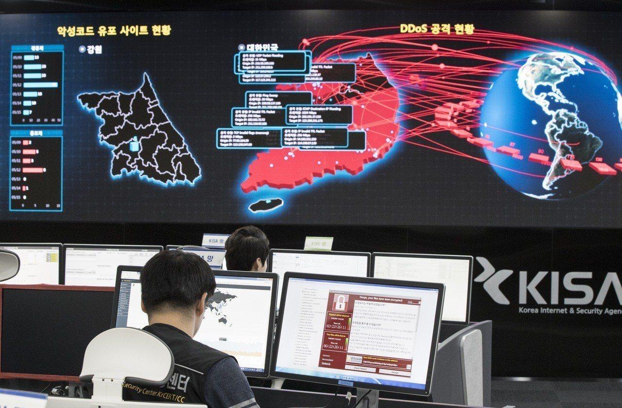 南韓資訊安全署人員2017年看著螢幕,監控北韓「想哭」勒索軟體攻擊情形。(美聯社...