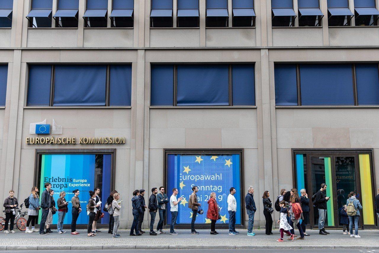 圖為26日歐盟國家公民排隊進入投票所投票畫面。歐新社