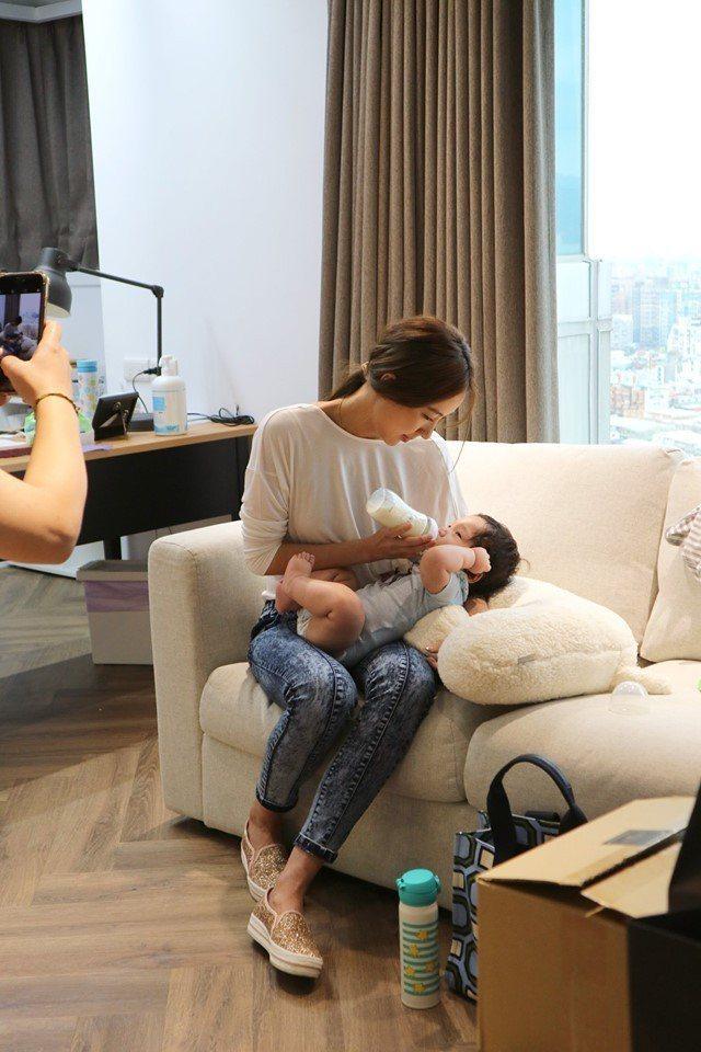 隋棠邊上班邊照顧寶寶。圖/摘自臉書