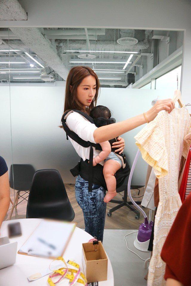 隋棠抱娃上班。圖/摘自臉書