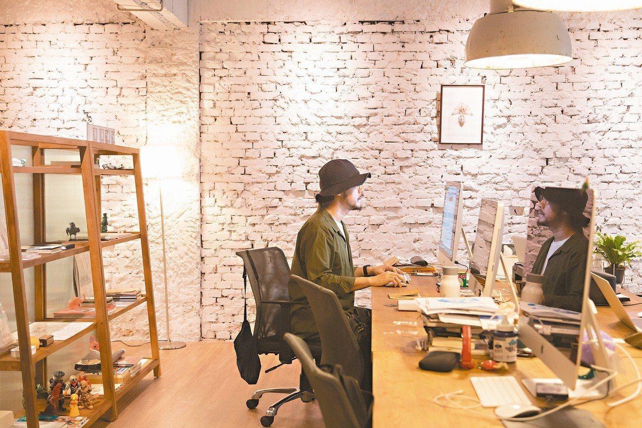 方序中在這張桌子上,成就許多創意設計。 記者陳立凱/攝影