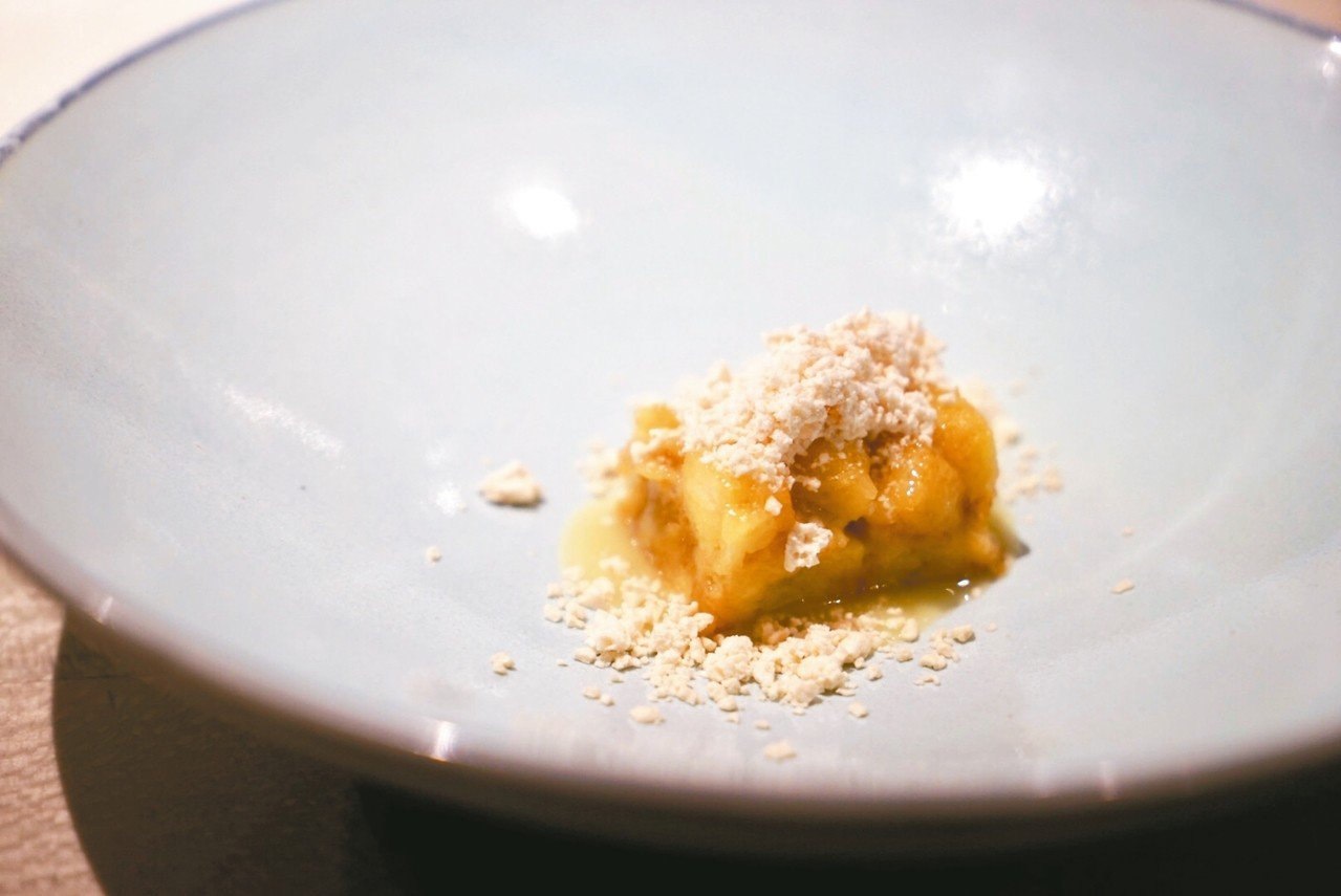 Impromptu by Paul Lee的招牌甜點是吸飽白巧克力醬汁的麵包丁,...