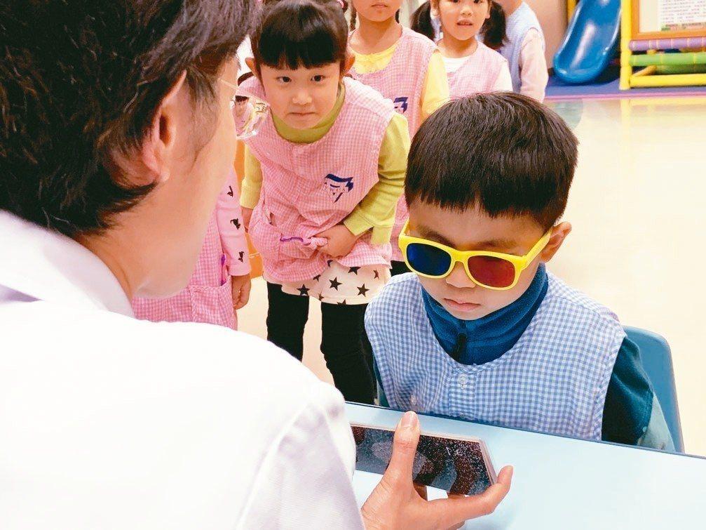 新北市立聯合醫院眼科主任陳裕芳提醒,近距離看著光線強的螢幕傷眼睛,建議多間歇性休...