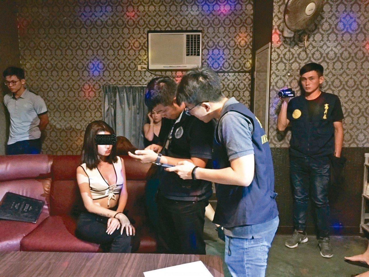 移民署查獲麻豆一家小吃部,坐檯小姐都是假觀光來台的越南人。 圖/移民署台南市專勤...