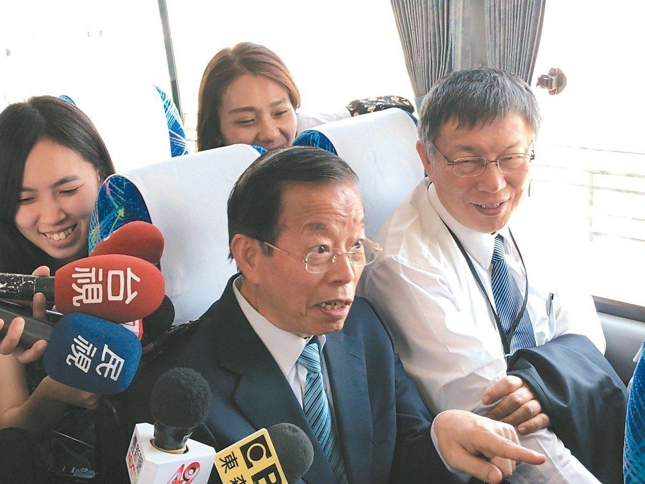 對台北市長柯文哲(右)訪日表現,駐日代表謝長廷(左)肯定。 記者邱瓊玉/攝影