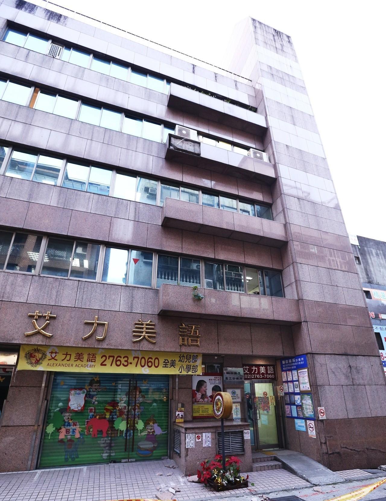 台北市忠孝東路四段559巷一大樓,曾發生磁磚掉落意外。圖/聯合報系資料照片