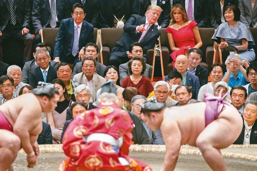 開心頒獎盃日本政府為招待不習慣席地而坐的美國總統川普夫婦,廿六日打破慣例在東...