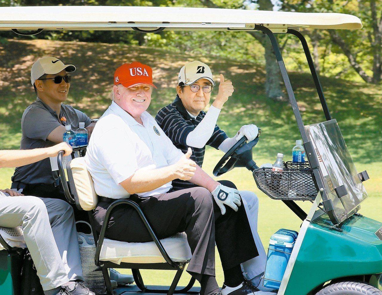 日本首相安倍晉三(右)廿六日在千葉縣茂原市高球場親自駕高爾夫球車載美國總統川普(...