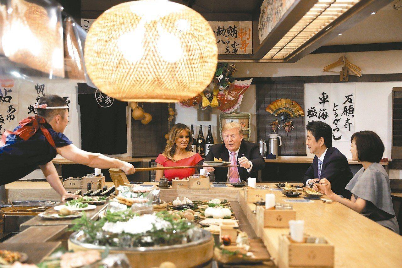 日本首相安倍晉三夫婦(右一、右二)廿六日於東京六本木宴請美國總統川普夫婦品嘗日式...