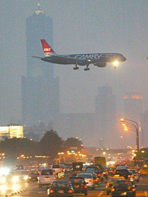 為了降低對周邊居民的影響,小港機場每天有六點五小時的宵禁。 本報資料照片