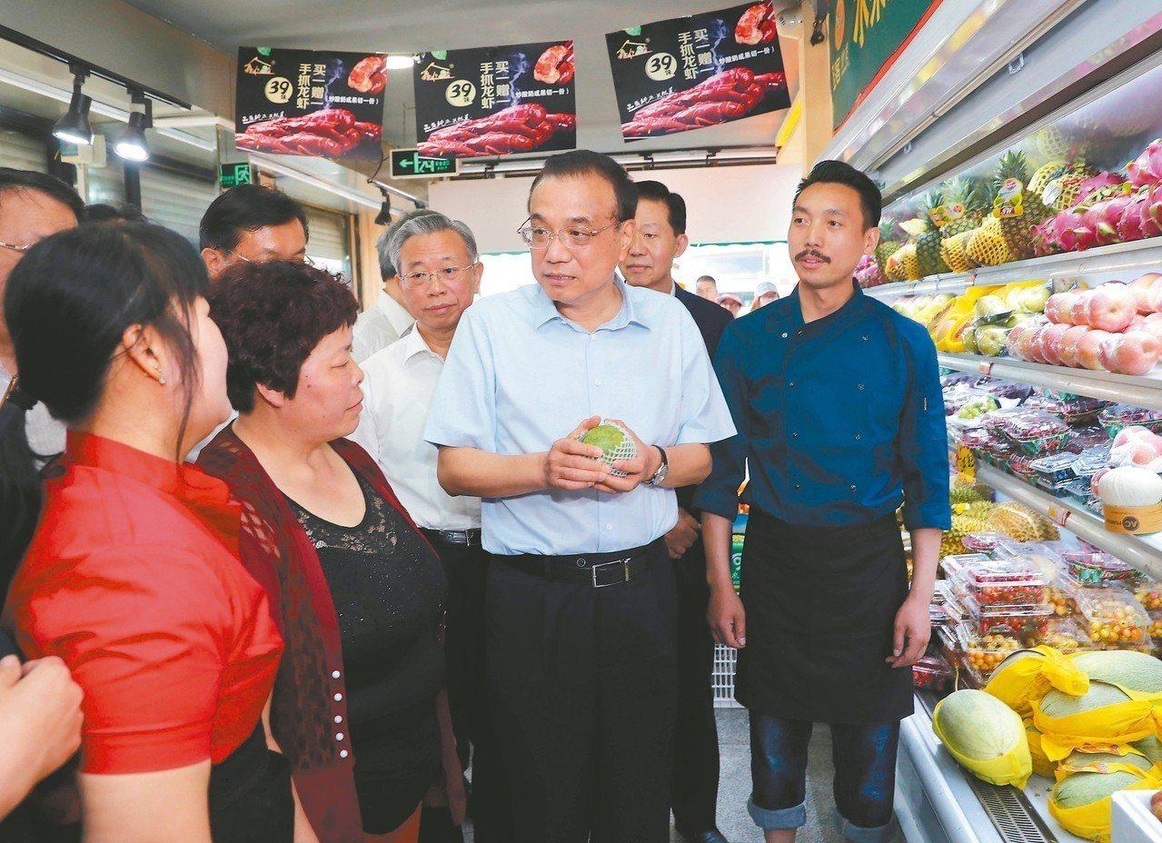 大陸總理李克強日前在山東濰坊、濟南考察,詢問水果漲價情況。 (新華社)