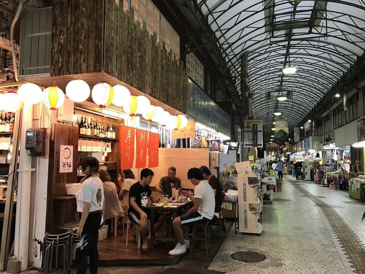 日本很多商店街都有美美的遮雨頂棚,外面下再大的雨都不怕。 圖/讀者提供