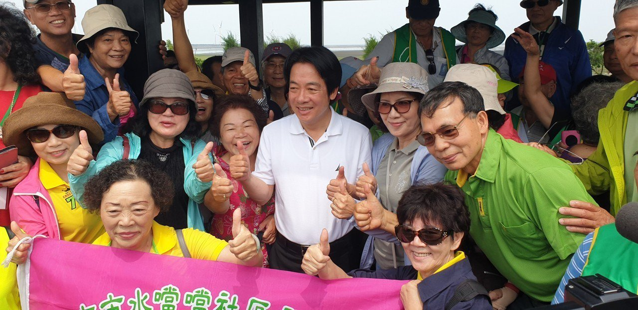 前行政院長賴清德昨天到台中高美濕地參觀,受到支持者歡迎。 記者游振昇/攝影