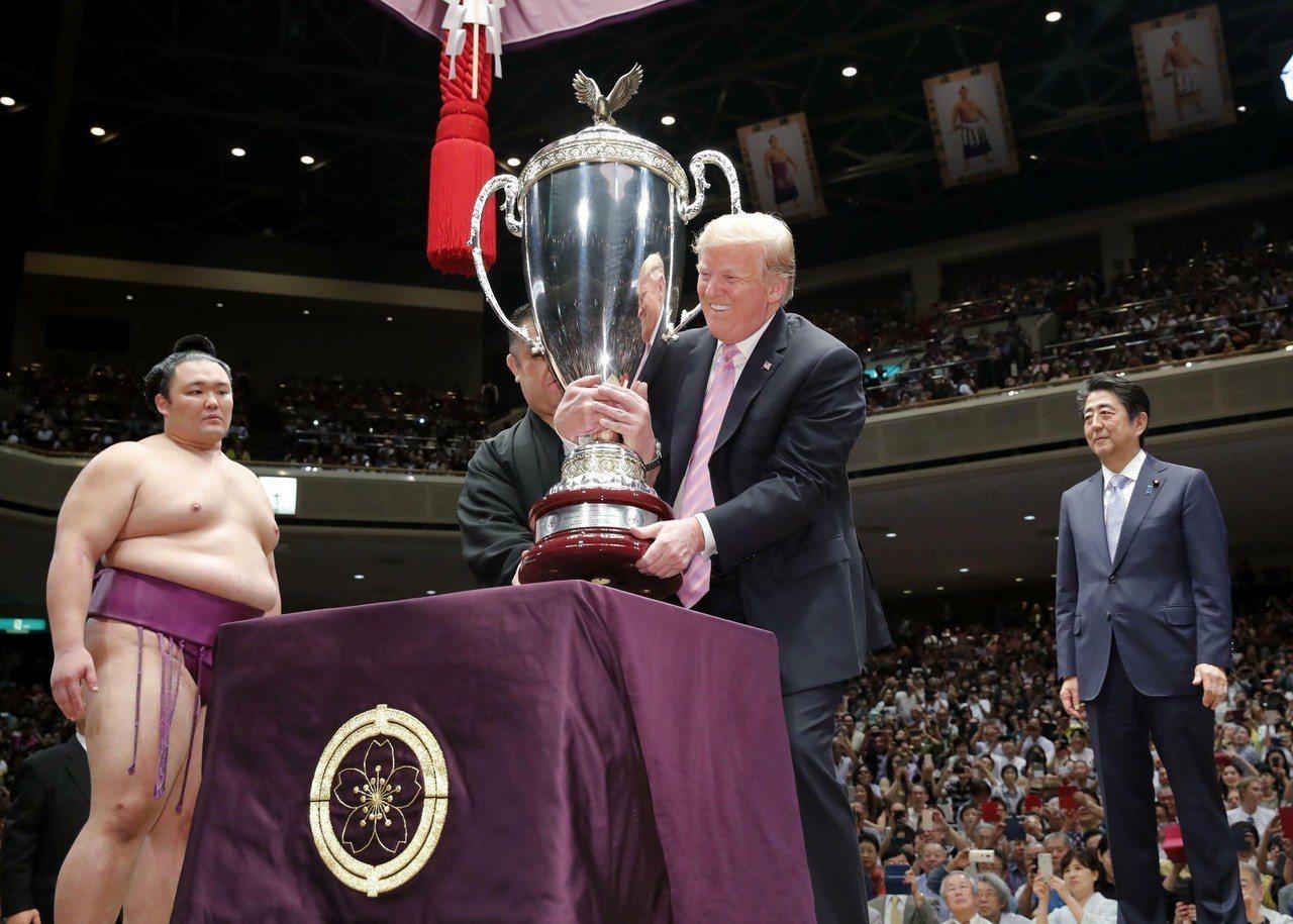 日本政府廿六日招待美國總統川普夫婦觀看相撲比賽,賽後川普(中)在安倍(右)陪同下...