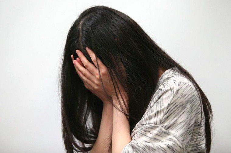 據研究顯示,自殺死亡者在自殺身亡前7天內不限精神科別就醫的比例皆在60%左右。圖...
