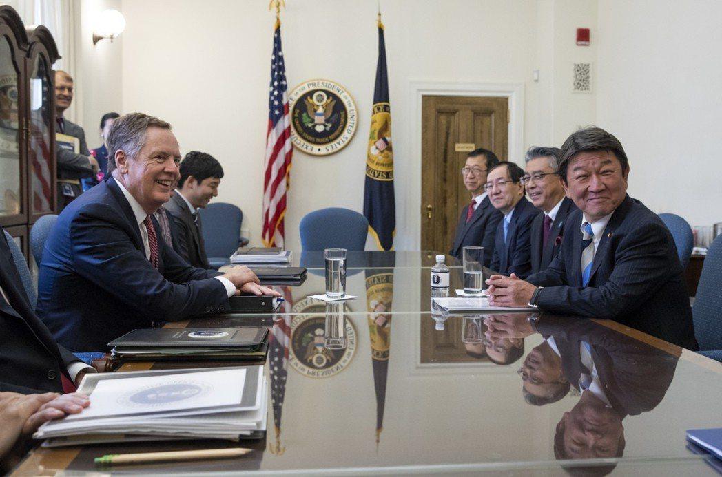去年8月,賴海哲(左)跟日本經濟產業大臣茂木敏充(右)舉行美日首輪部長級經貿磋商...