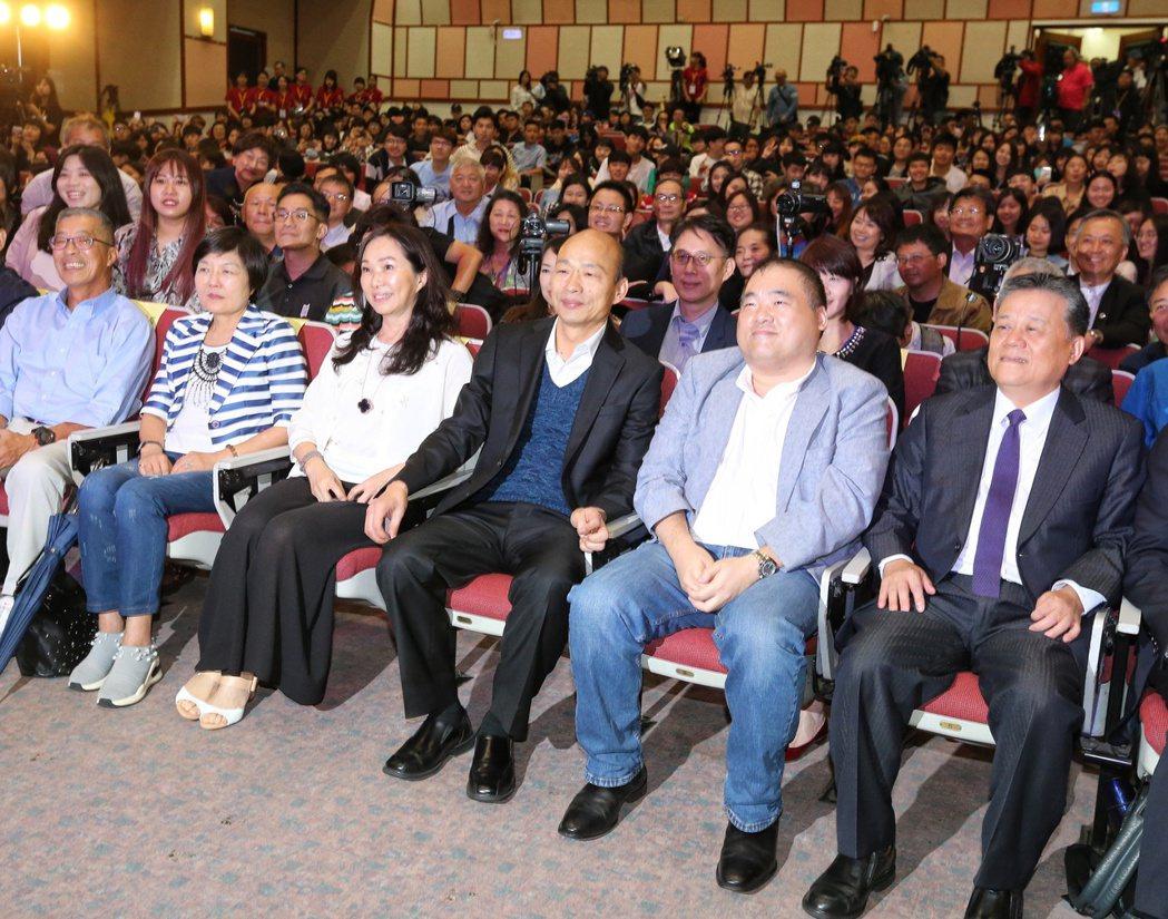 高雄市長韓國瑜(右三)與夫人李佳芬(右四)到世新大學演講,與師生合影留念。 圖/...