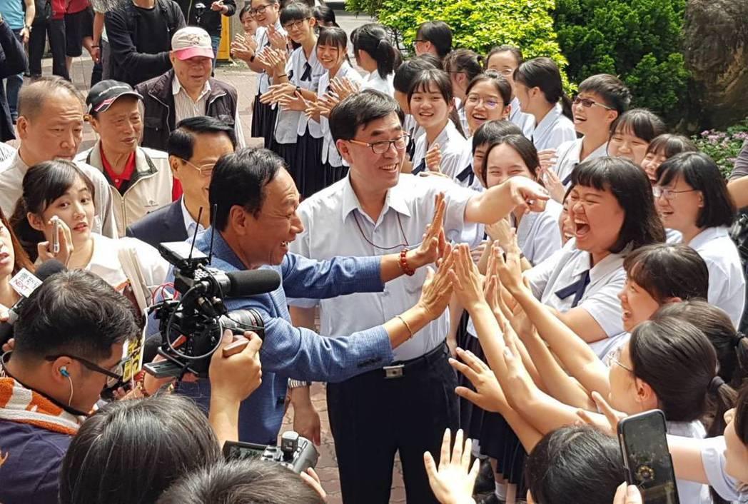 鴻海董事長郭台銘到訪曙光女中,受到學生熱烈歡迎。 圖/聯合報系資料照片