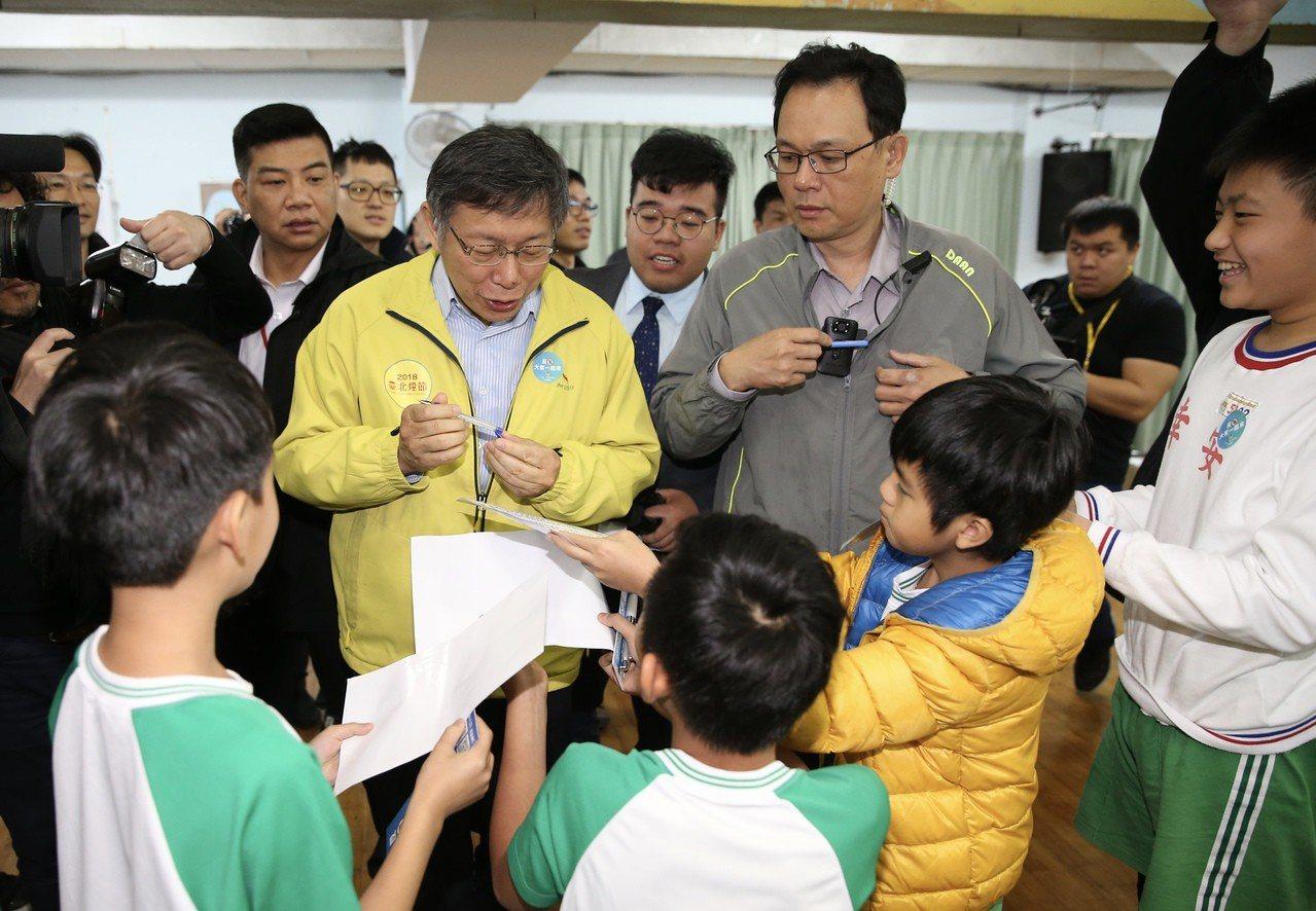 台北市長柯文哲參與幸安國小校園宣導活動,受到小朋友熱情包圍,索取簽名。 圖/聯合...