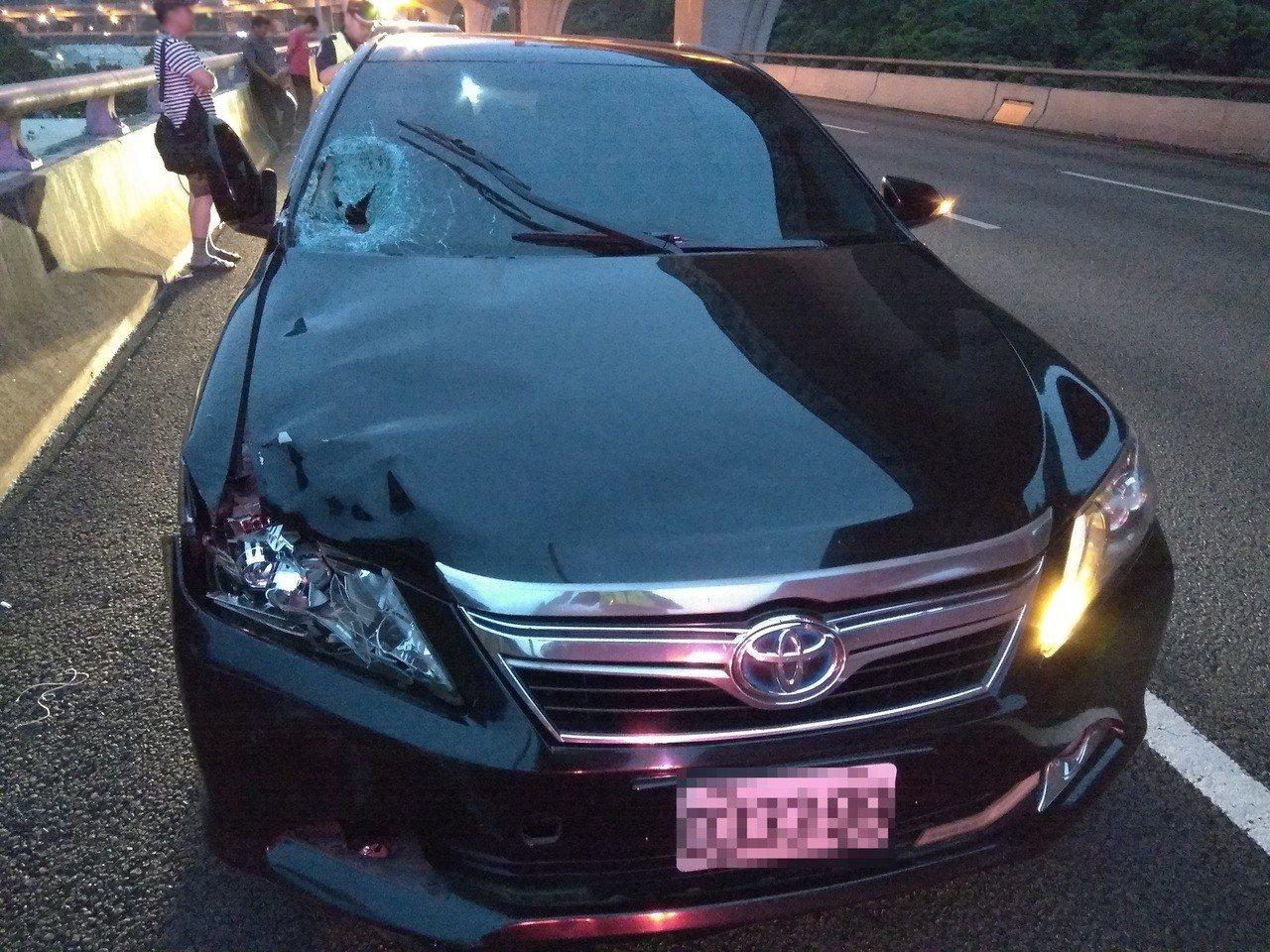 黑色轎車閃避不及,先把柯男撞飛彈到外側車道。記者林昭彰/翻攝