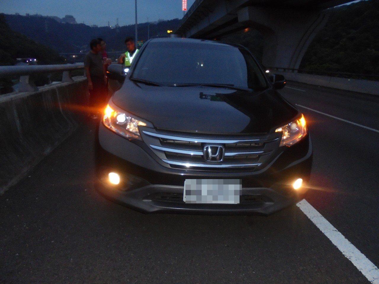 行駛在外側車道的休旅車也閃避不及,輾過躺在車道上的柯男身體。記者林昭彰/翻攝