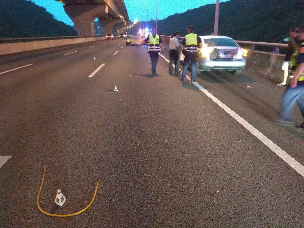 柯男將車停在路肩,人卻走向中線車道攔車,結果連續被2車撞擊,彈飛到外側車道。記者...