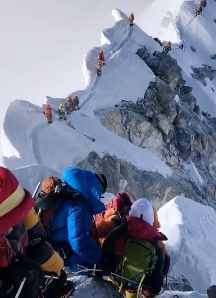 大批登山客23日擠在聖母峰著名的「希拉里台階」上。(路透)