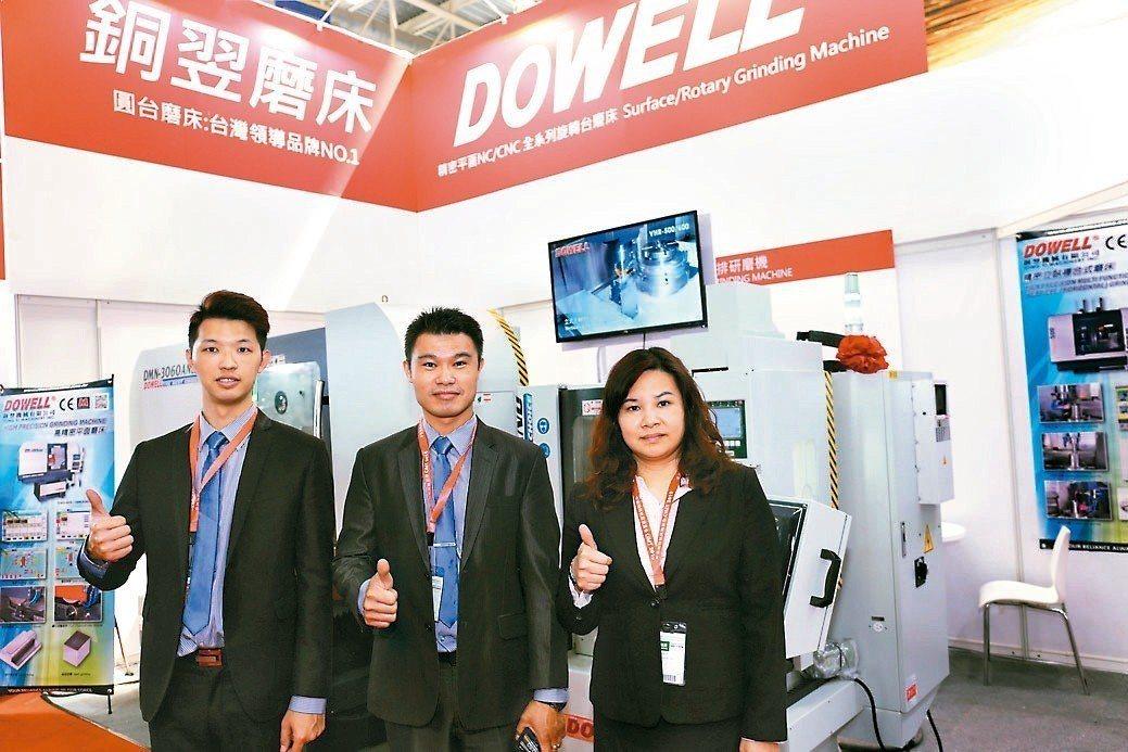 銅翌公司總經理黃俊維(中)、經理黃淑微(右)在展場合影。 黃奇鐘/攝影