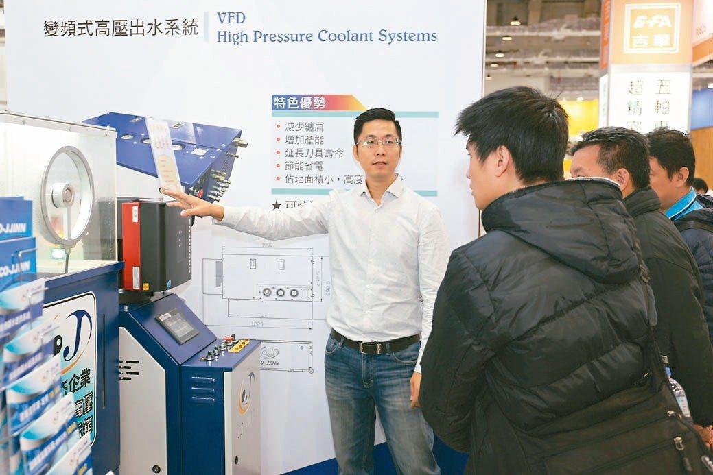 可杰企業總經理林杰祺(左)向客戶介紹「智能無斷水逆洗系統」,獲熱烈好評。 黃奇鐘...