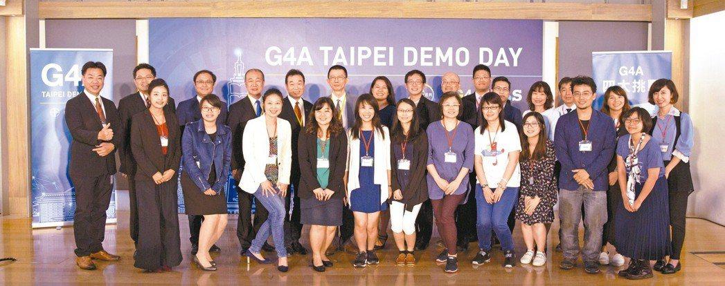 G4A Demo Day指導專家與4組新創團隊合影。 台灣拜耳/提供