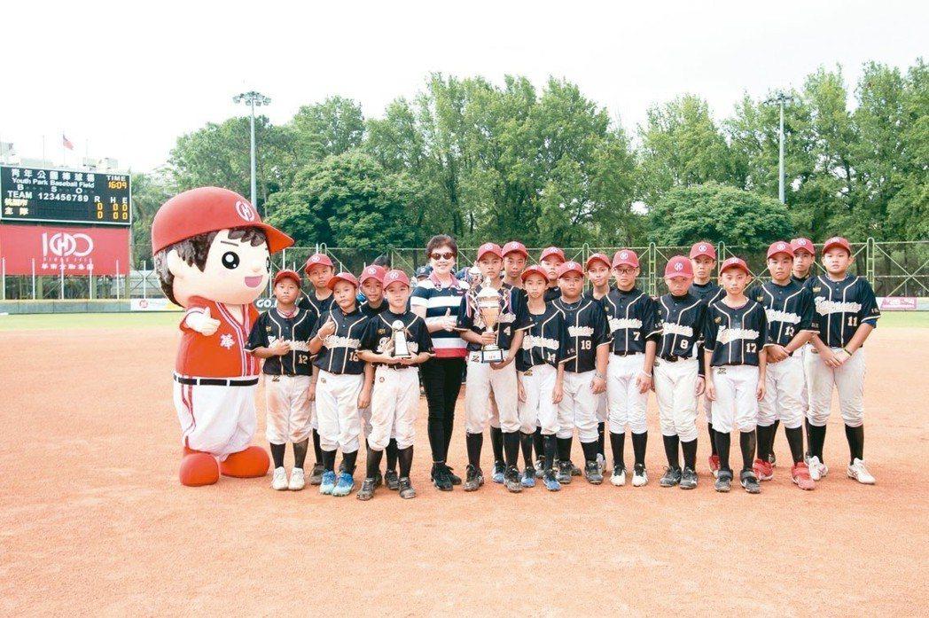 華南金控總經理羅寶珠(左六)頒發冠軍予桃園市代表隊。 華南金控/提供